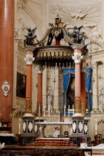 Main_altar_Our_Lady_of_Mount_Carmel_Valletta